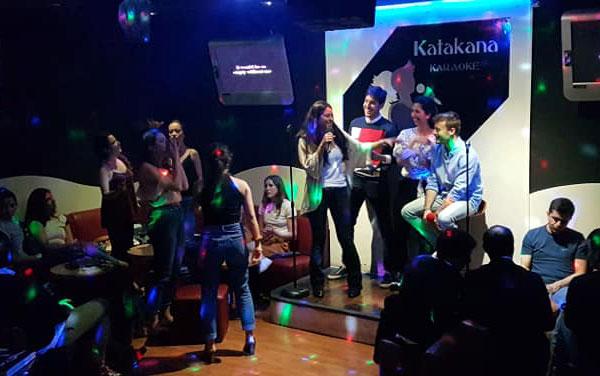 Celebración despedida de solteros/as en karaoke katakana